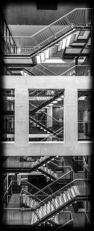 Escher style framing - Een door escher geïnspireerde trappen foto in Colourbex stijl, met de betonnen balken dusdanig in de compositie gezet dat ze mi