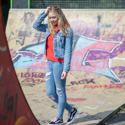 Meisje bij skatepark