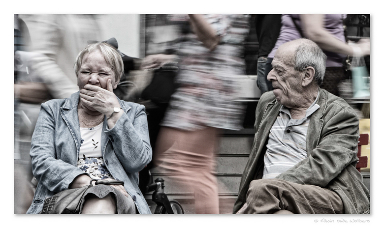 Bored on Times Square - Straatfotografie van twee ouderen die in de drukte van Times Square een stoeltje hebben weten te bemachtigen.