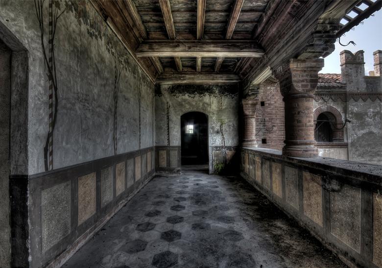 de duistere gangen van de kasteelheer - kasteelgang, Italie, 01