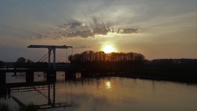 de laatste zonnestralen - tijdens korte vakantie een wandeling gemaakt. bij deze brug aangekomen zag ik de zon ondergaan en de spiegeling van de brug