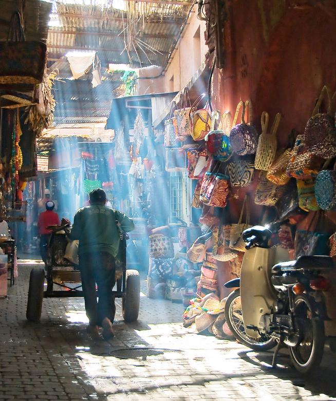 Coloured market life - Ergens in de Medina van Marrakech in Marokko waar het een paradijs is voor straatfotografie. De stoffige lucht zorgde hier voor