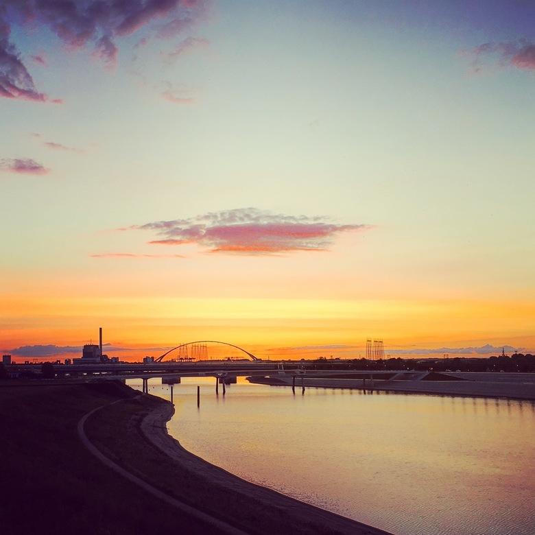 Nijmegen Sunset  - Een prachtige zonsondergang in september. Gefotografeerd vanaf de Waalbrug met uitzicht op de De Oversteek en de Spiegelwaal