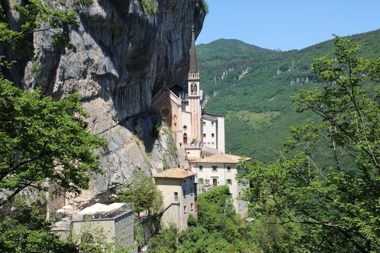 Kerkje op een berg bij Spiazzi - Dit kerkje staat hoog op een bergwand, onbegrijpelijk hoe ze die kerk daar hebben kunnen bouwen. Het uitzicht daar is