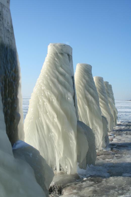 IJspegels..... - Gisteren op de afsluitdijk, bij het monument een fotostop gehouden....