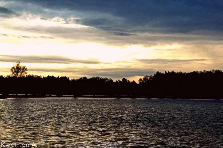 Bewolkte zonsondergang  - Deze heb ik bij de begijnen vijvers in Hechtel genomen. Feedback is altijd welkom.<br /> Grt Amber