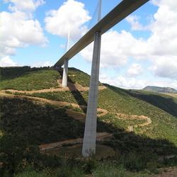Viaduct van Millau vanaf de onderzijde