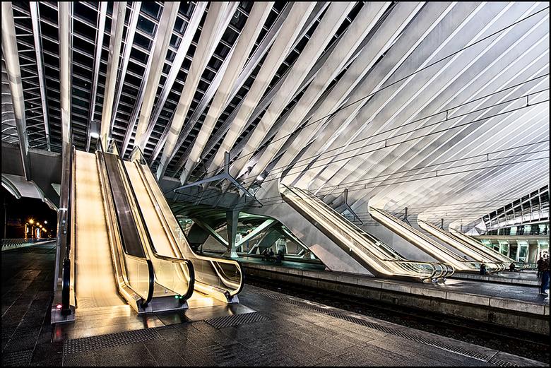 Guillemins 06 - Tegenwoordig wordt er gelukkig heel veel geld geïnvesteerd duidelijkheid van gebouwen. Zeker bij het reizen, bijv met de trein, zie je