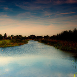Ondergaande zon reflecteerd in het water.