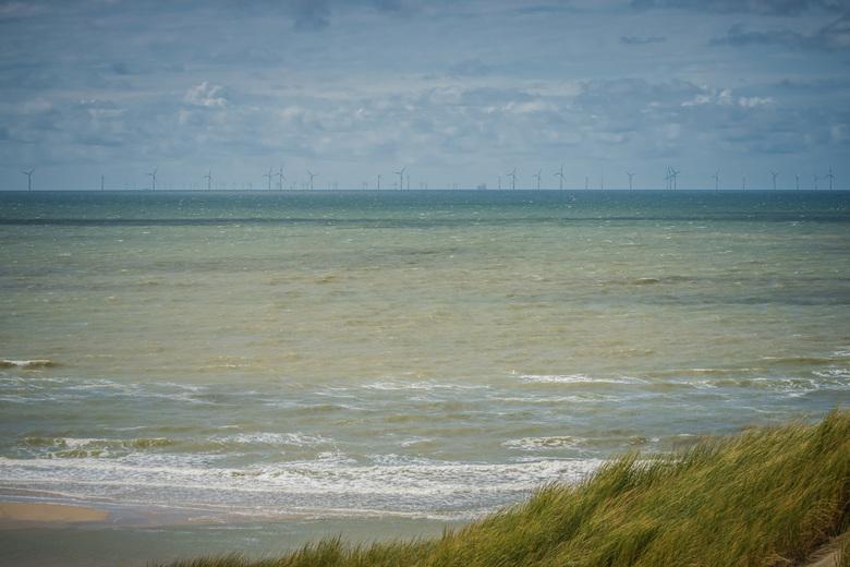 Zee van windmolens - Een duinewandeling van Egmond aan den Hoef naar Egmond aan Zee (Middenweg strand) gemaakt en deze foto geschoten van de zee met e