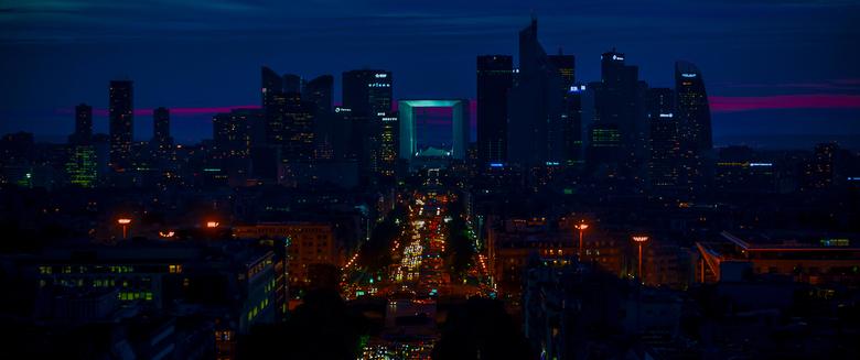 La Defense bij nacht - Zicht op een nachtelijk Paris La Defense, het zakendistrict ten noordwesten van Parijs