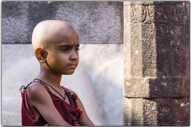 Schattig meisje - Het is nu eenmaal de gewoonte om als rouwbetuiging je kaal te scheren in India.<br /> Dit lief meisje was haar zwarte haardos kwijt