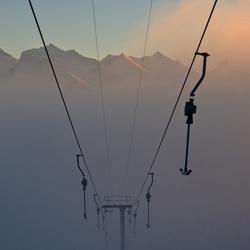 Skilift in de mist