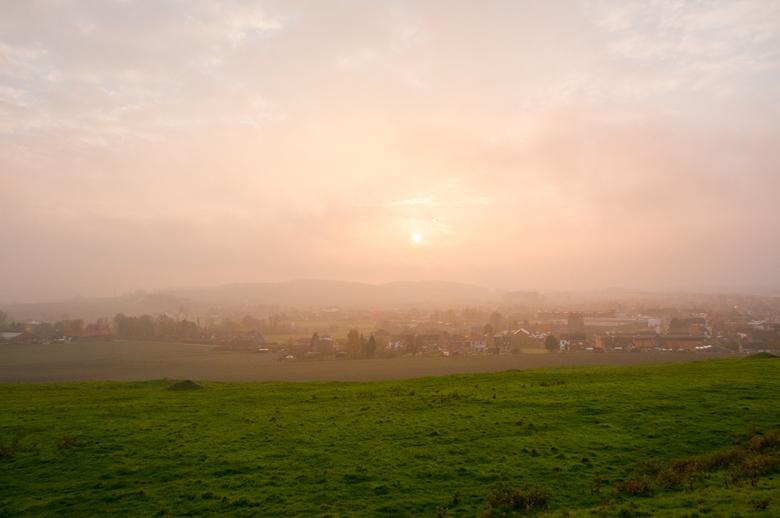 schemering in het avondlicht - Een mooie mix van zon en wolken over de velden.
