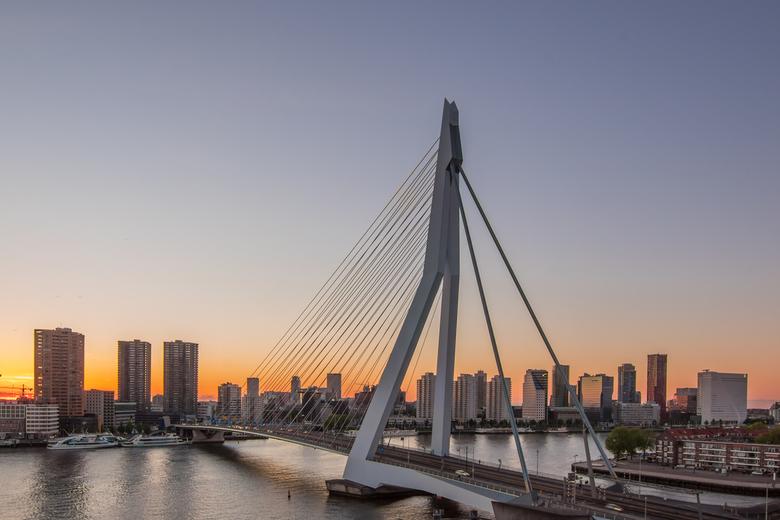 Erasmusbrug zonsondergang - De Erasmusbrug aan het einde van de zonsondergang. Gezien vanaf het Nhow hotel in de Rotterdam.