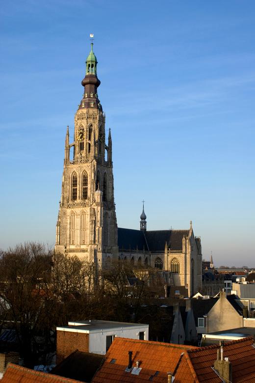 Grote kerk Breda - DE KERK VAN BREDA VANAF EEN PARKEERGARAGE.