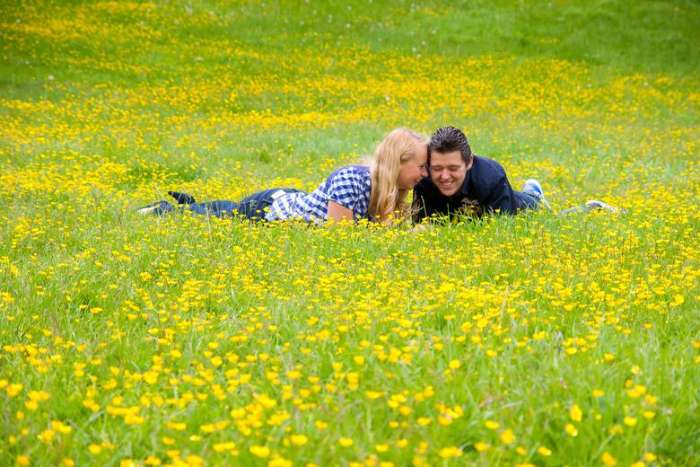 Lentekriebels - Fotoshoot vandaag met stelletje Jeroen & Inge, was een leuke bijzondere fotoshoot, met veld vol met boterbloemen!