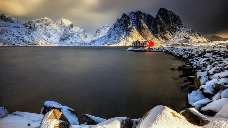 Red House  - rood accent .... <br /> <br />  Gemaakt tidens de laatste Lofoten reis ..... volgend jaar gaan we terug .... ben je ook zo een enthousi