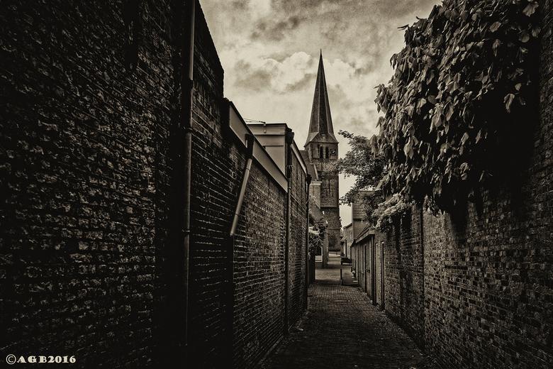 Harlingen. - Lammert Warndersteeg met op achtergrond de hervormde kerk.