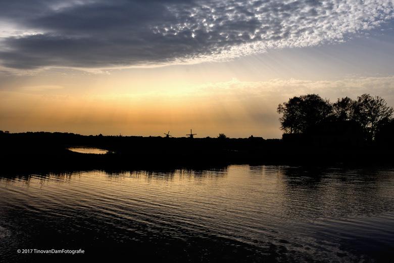Ter Aar Holland © - Door de foto ter plekke al onder te belichten en dit in Capture NX (Nikon) verder nog iets aan te dikken, krijg je in oktober rond