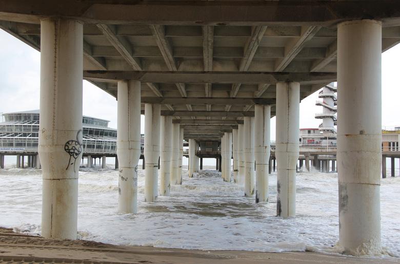 De Pier - in Scheveningen, van een andere kant bekeken. De eerlijkheid gebiedt mij wel om te zeggen dat ik op Zoom een zwart-wit foto gezien heb van d