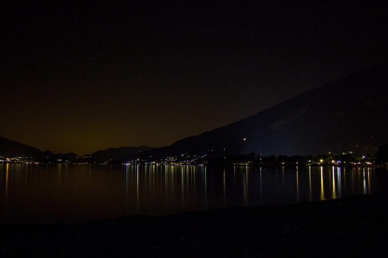 Dark Night - een van mijn eerste long exposures. Deze foto is gemaakt tijdens afgelopen zomervakantie bij het Comomeer in Italie, vanaf het strandje t