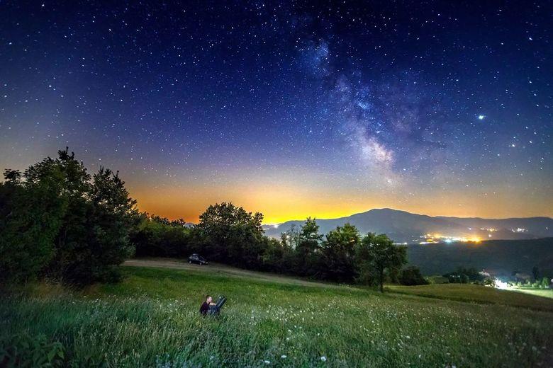 Enjoying the wonders of heaven - Nachtelijke hemel in Italie bij verschillende vergrotingen (groothoek en telescoop, links onder). Jupiter rechts naas