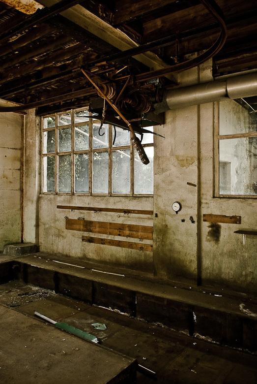 Takelmachine in chromerij van verlaten oude fabriek