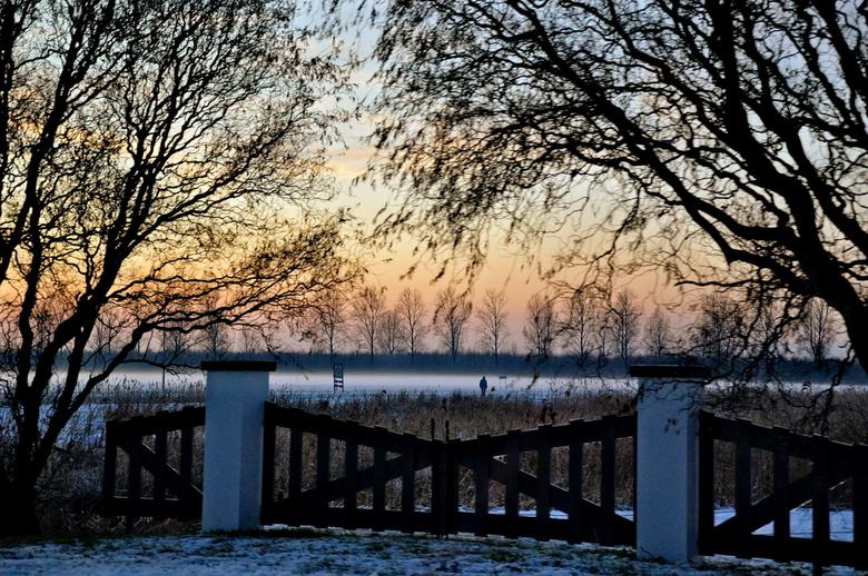 zoek de wandelaar - Deze foto is genomen vanuit een rijdende auto, tijdens de zonsondergang.<br /> Ben benieuwd wat jullie erover te zeggen hebben...