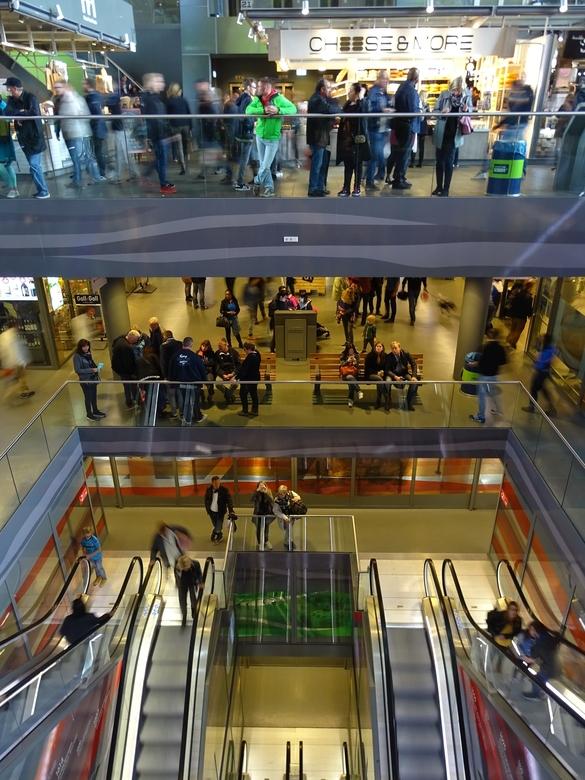 waar gaan we heen. - mensenmassa in de markthal Rotterdam<br /> Soms vraag jezelf af waar komen al die mensen vandaan en wat zijn ze van plan in dit