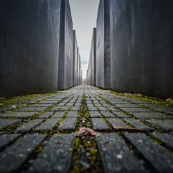 Lopend door het Holocaust monument