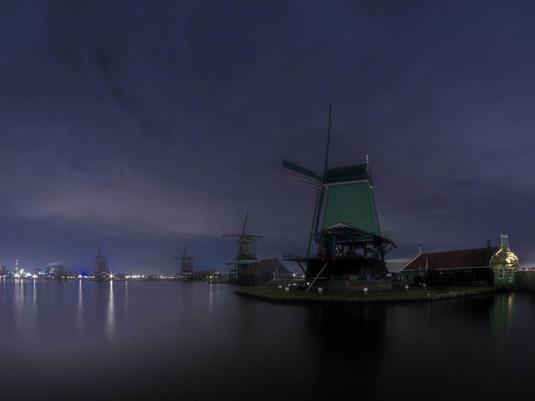 Nachtelijk panorama over de Zaan - Op een pier diverse opnames gemaakt van de molens langs de Zaan. Het was pikdonker maar scherpstellen was een makki