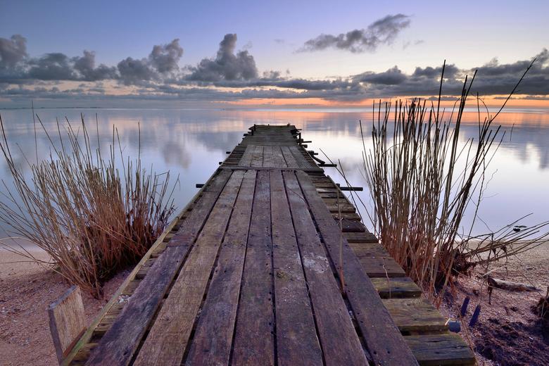 Steiger aan het IJsselmeer. - Steiger aan het IJsselmeer bij zonsopkomst.<br /> <br /> www.johnleeninga.nl