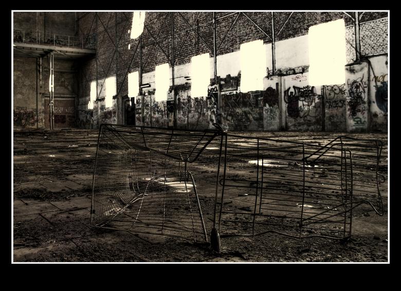 Winkelwagentje - Een winkelwagentje helemaal uit elkaar in de verlaten suikerfabriek de Zeeland in Bergen op Zoom.