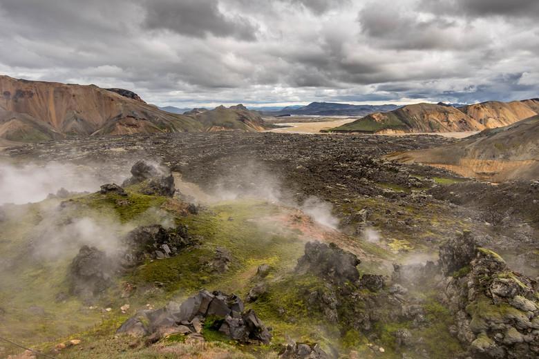 Landmannalaugar - Dampen uit de grond op de Laugavegur trail in IJsland. Een bijzondere ervaring om deze trail te lopen in 3 dagen, fantastisch veel m