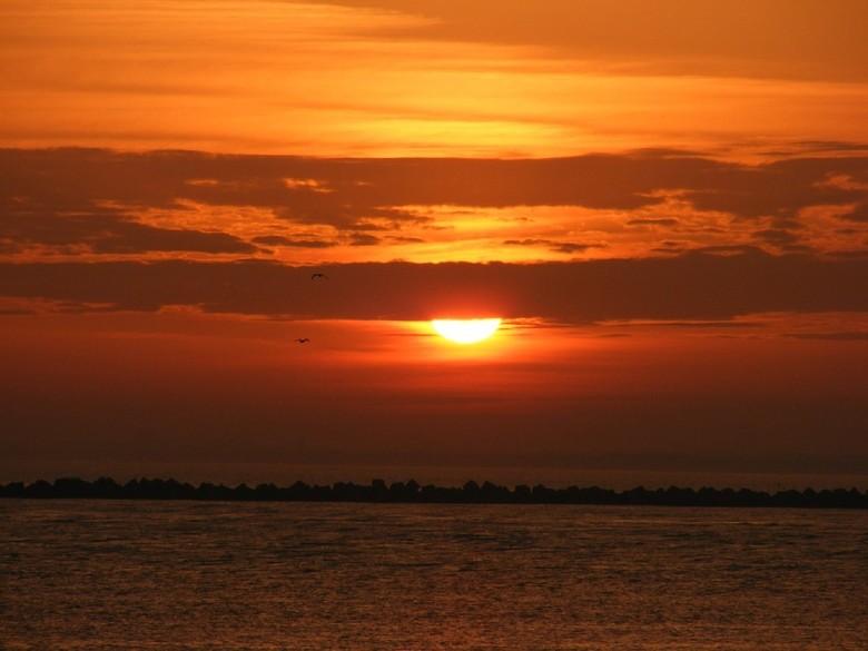 Sunset - Hallo medezoomers, eindelijk weer eens een foto van deze kant.<br /> <br /> Foto geschoten vanmorgen op de maasvlakte thv Slag Maasmond.<br
