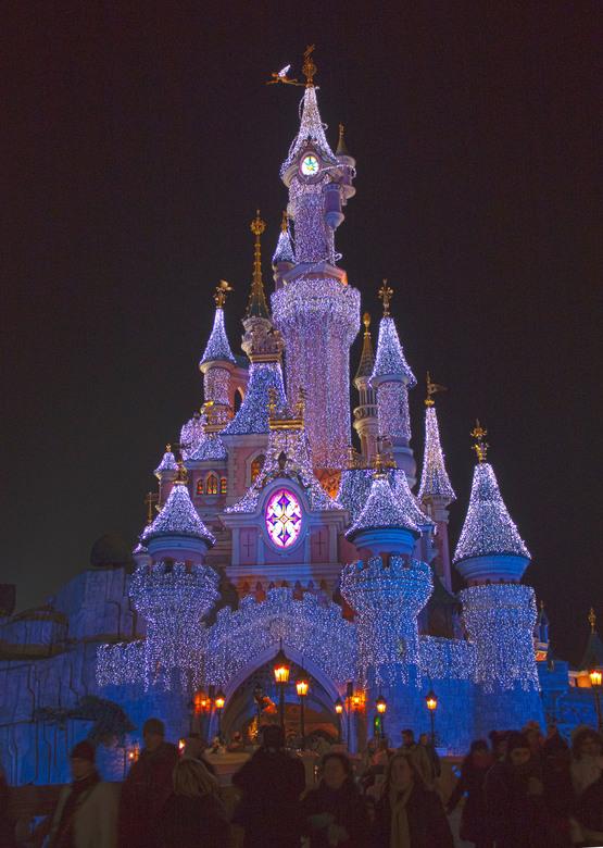 Kasteel van Doornroosje verlicht - Als Disneyland Parijs zijn poorten opent voor de Kerstmagie wordt het kasteel van Doornroosje gehuld in duizenden L
