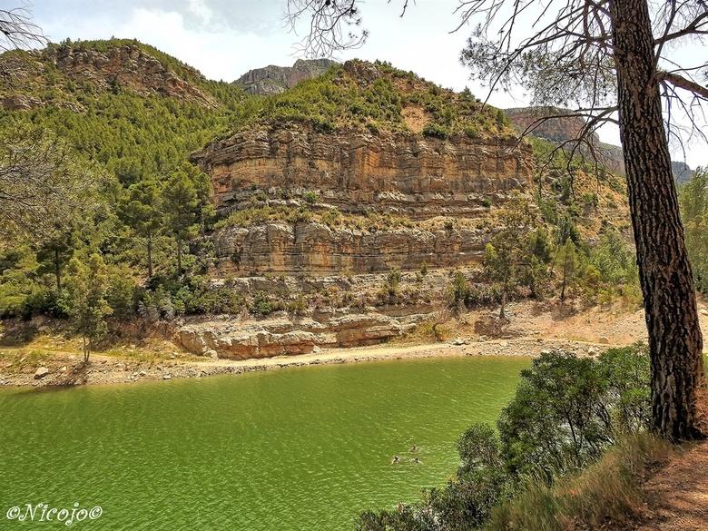 Embalse del Buseo. - Hier een beeld van de rotsformatie aan de rand van het meer. Het meer is in 1915 onstaan door de bouw van een grote dam.<br /> <