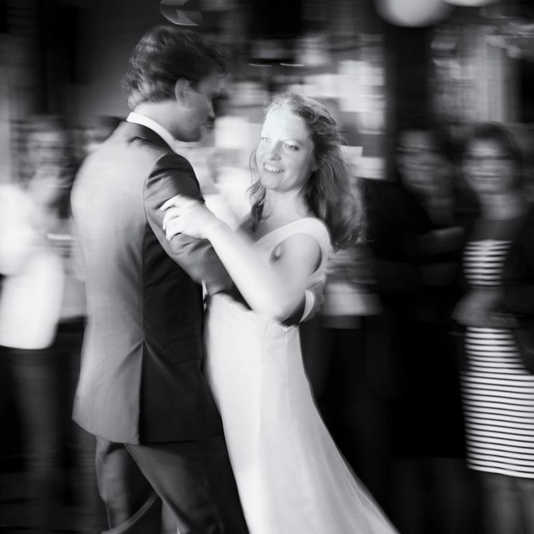 Dance the night away - De eerste dans van een pas getrouwd bevriend stel.
