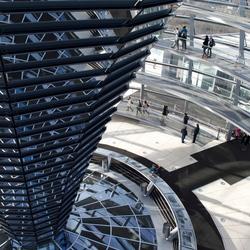 Het spiegelwerk van De Reichstag in Berlijn