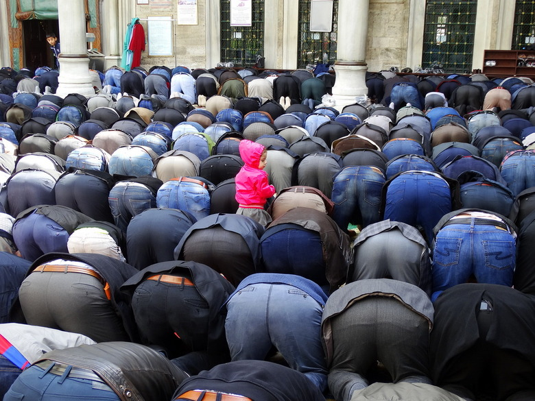 DSC04639 - Tijd voor het dagelijks gebed bij de Eyup Sultan moskee in Istanbul