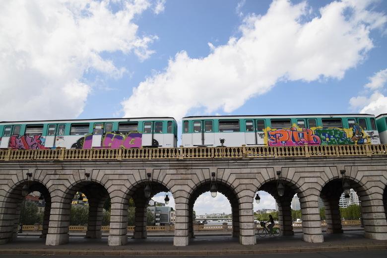 Metro lijn 6 - De metro van lijn 6 rijdt over de Pont de Bercy. Mooi contrast van moderne graffiti met de oude brug, maar ook van de snelheid van de m