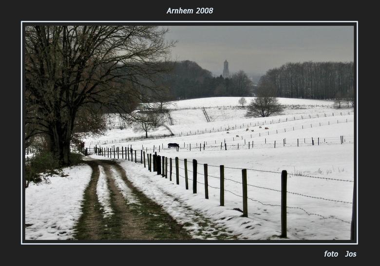 Arnhem - Geloof het of niet. Vanmorgen, woensdag 26-11-2008 rond 11.00 uur. Valkenhuizen -'n mooi gebied in Arnhem-ligt nog volop onder de sneeuw