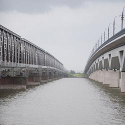 Oude en nieuwe spoorbrug Moerdijk