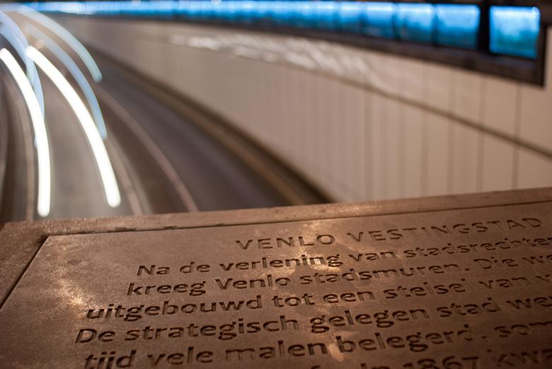 Tunnel Venlo - Nachtfoto bij de ingang van de tunnel in Venlo. Na een beetje spelen met de witbalans gaf de verlichting dit het resultaat.