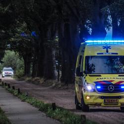 Ambulance 05-151 met op achtergrond politiewagen