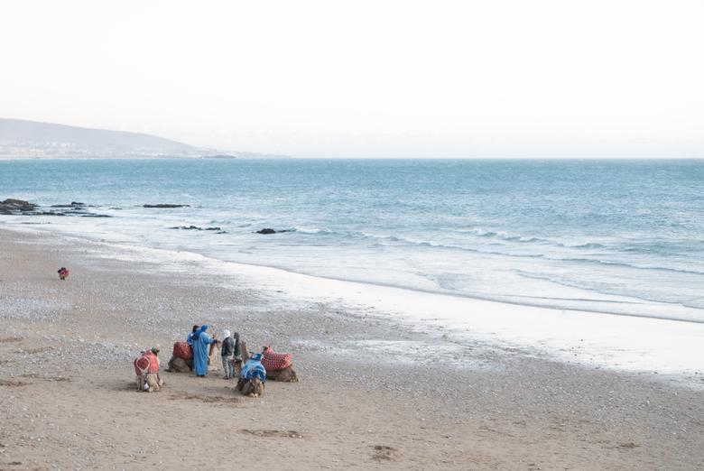 Taghazout - Strandleven - Sfeerfoto van het strand van Marokko (prachtig tranquille avondlicht).