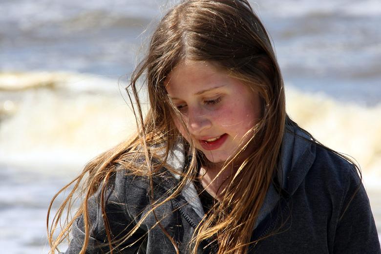puur natuur. - Dinthe, mijn dochter genoot zichtbaar van de strandwandeling. Heerlijk om zo moment vast te kunnen leggen.<br /> reacties aub!