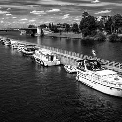 Motorboten op de Maas bij Maastricht