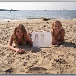 2 meisjes op het strand zijn blij met hun portret